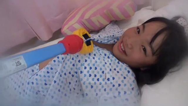 マジックハンドで着ているパジャマを脱がされるU12JSジュニアアイドルさきちゃんがベッドに寝そべっている