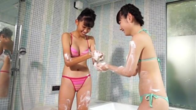 U15JCジュニアアイドル瑞野杏ちゃんと河合玲奈ちゃんがビキ二姿でバスルームで泡を付け合いながらじゃれあっている