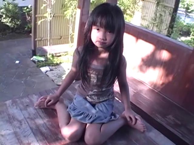 ベンチの上で女の子座りするミニスカート姿のU12JSジュニアアイドルえりかちゃん