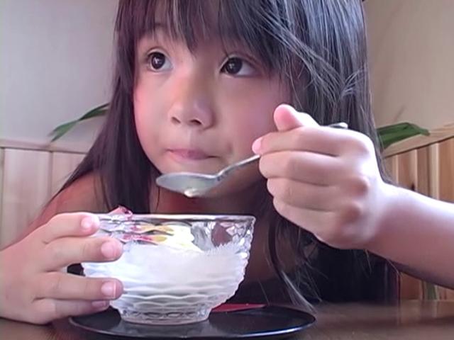 アイスを食べるU12JSジュニアアイドルえりかちゃん