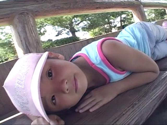 ベンチに横になってこちらを見つめるU12JSジュニアアイドルえりかちゃん