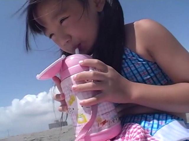 ビーチで水筒を飲むビキ二姿のU12JSジュニアアイドルえりかちゃん