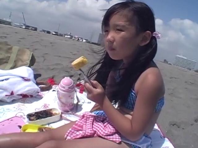 ビーチでお弁当を食べるビキ二姿のU12JSジュニアアイドルえりかちゃん