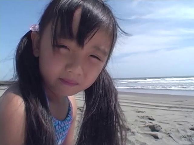 ビーチでこちらを見つめるビキ二姿のU12JSジュニアアイドルえりかちゃん