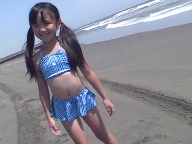ビーチでこちらに笑顔を向けるビキ二姿のU12JSジュニアアイドルえりかちゃん