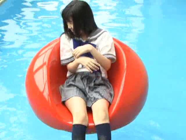 プールで浮き輪に浮かぶ制服姿のU15JCジュニアアイドル美月りんちゃん