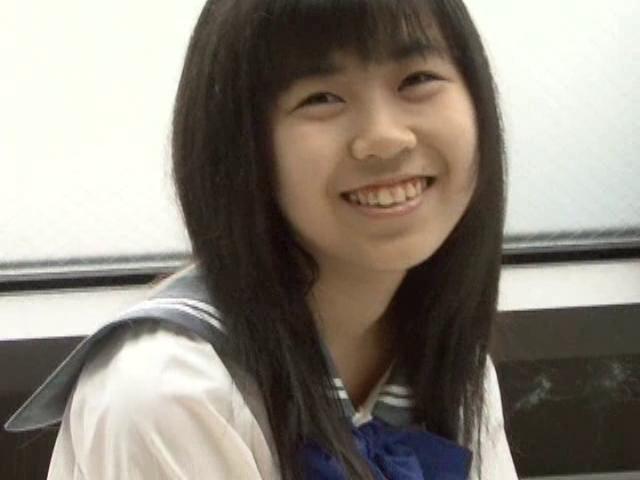 微笑む制服姿のU15JCジュニアアイドル美月りんちゃん