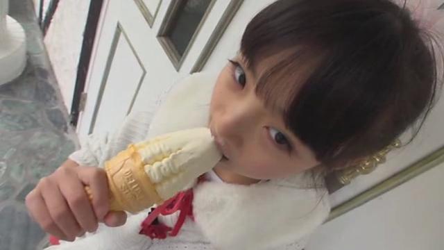 ソフトクリームを舐めるワンピース姿のU12JSジュニアアイドル河合すみれちゃん