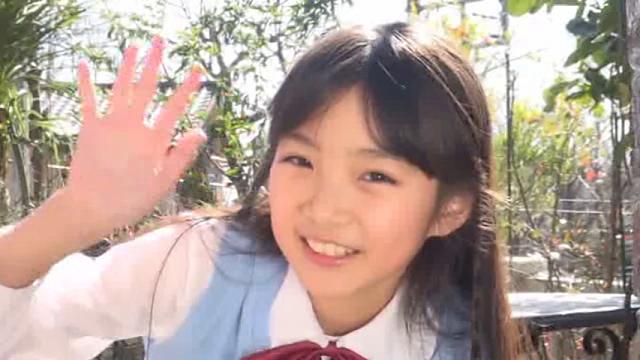 手を振る制服姿のU12JSジュニアアイドル河合すみれちゃん
