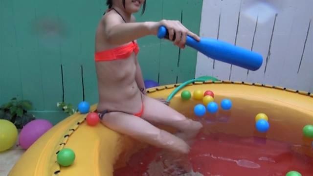 オレンジの極小チューブトップビキ二姿でプールで水遊びするU15ジュニアアイドルみずのそらちゃん