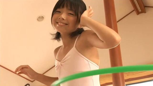 ピンクのレオタード姿でフラフープを楽しむU12JSジュニアアイドル筒井麦ちゃん