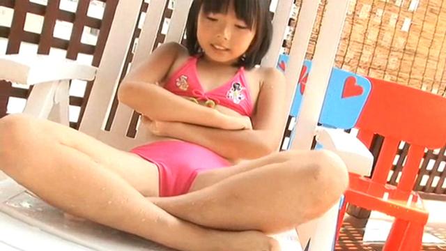 ビーチチェアの上で両手両足を組んで座るピンクのビキ二姿のU12JSジュニアアイドル筒井麦ちゃん