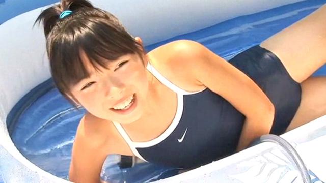 スクール水着姿でゴムプールで遊ぶU12JSジュニアアイドル筒井麦ちゃん。横に寝そべって笑顔の様子
