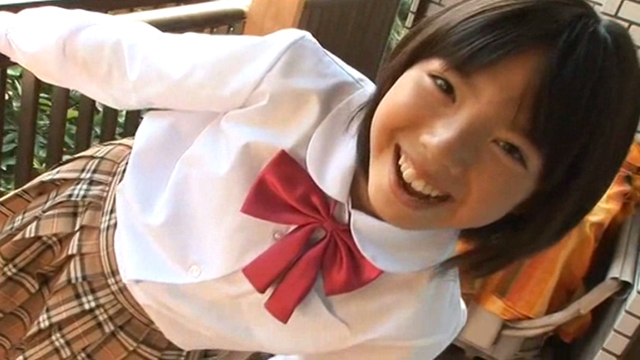 制服姿でこちらに笑顔を向けるU12JSジュニアアイドル筒井麦ちゃん
