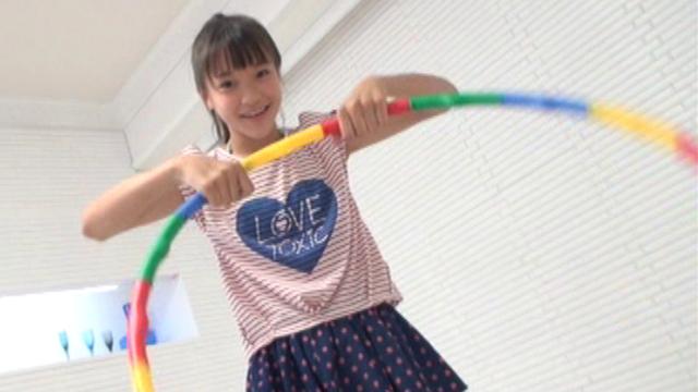 フラフープで遊ぶフリルのミニスカート姿のU15ジュニアアイドルさわこちゃん