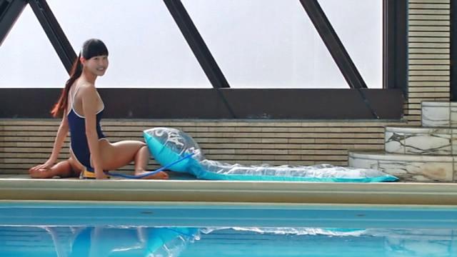 Tバックタイプのスクール水着姿でプールサイドで空気入れの上に座るU15JCジュニアアイドル大空舞ちゃん