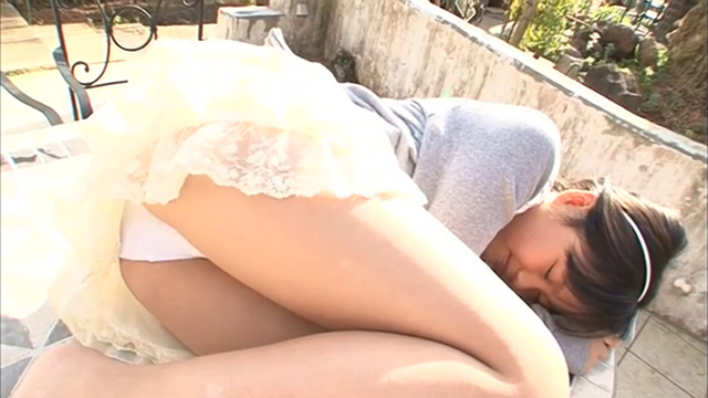 U12ジュニアアイドル宮田飛鳥ちゃんがフリルのミニスカートな私服衣装でパンチラしながら寝そべって丸くなっている