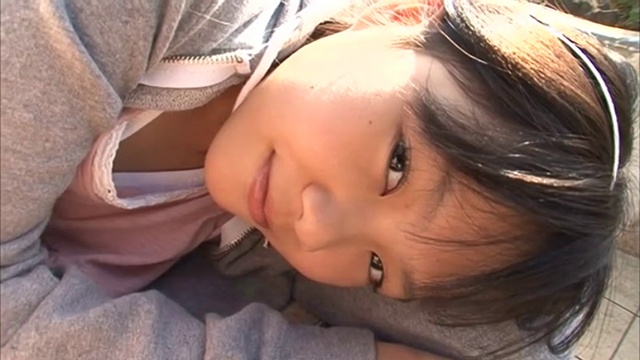 U12ジュニアアイドル宮田飛鳥ちゃんがカメラに微笑みかけている