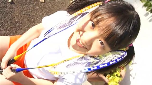 バトミントンユニフォーム姿ででラケットを手に持ち微笑むU12ジュニアアイドル宮田飛鳥ちゃん