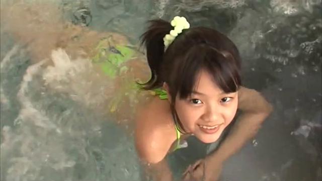 ジャグジーで入浴する水玉ビキ二姿のU12ジュニアアイドル宮田飛鳥ちゃん
