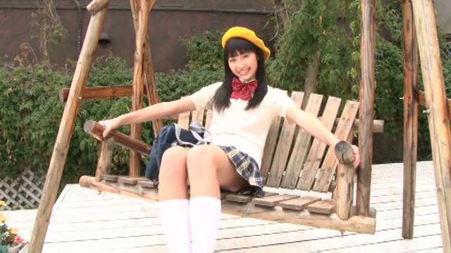 ゆりかごブランコに座る制服とベレー帽姿のU15JCジュニアアイドル高野渚ちゃん
