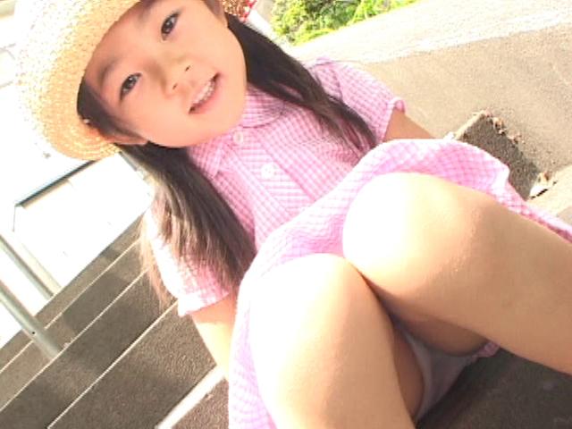 ピンクのワンピースに麦わら帽子姿のU12JSジュニアアイドル寧々ちゃんが階段に座っている。ワンピースの中が見えている