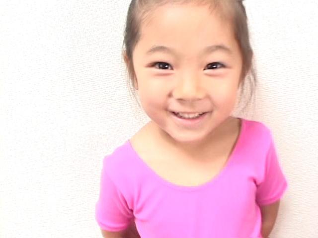 ピンクのレオタード姿で微笑むU12JSジュニアアイドル寧々ちゃん