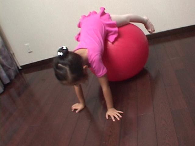 ピンクのレオタード姿でバランスボールの上に覆いかぶさるU12JSジュニアアイドル寧々ちゃん
