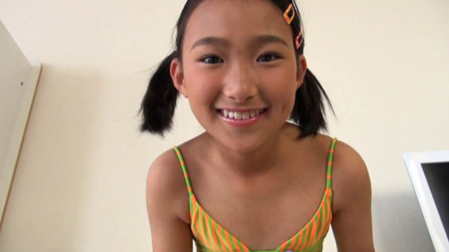 笑顔でこちらを見つめるU12JSジュニアアイドル春野奈々ちゃん