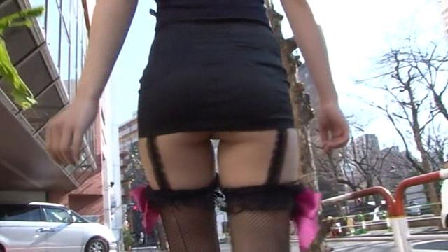 超ミニスカートのセクシーワンピース衣装で散歩するU12JSジュニアアイドル有沙ちゃんのお尻と裏腿