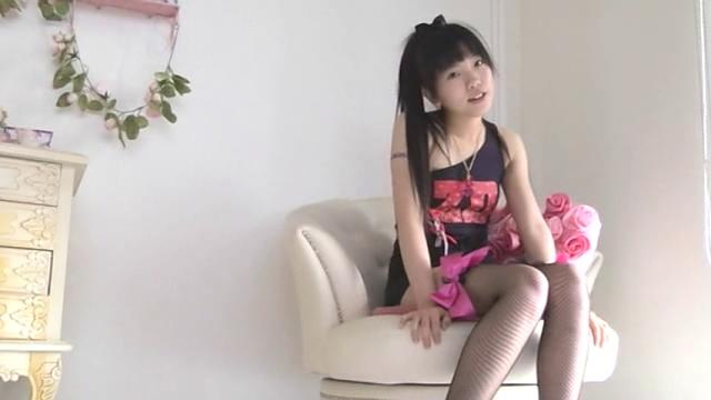 超ミニスカートのセクシーワンピース衣装で椅子に座ってこちらを見つめるU12JSジュニアアイドル有沙ちゃん