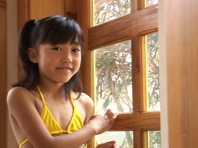 黄色のビキ二姿で窓の側で微笑むU12JSジュニアアイドル朝水れいちゃん