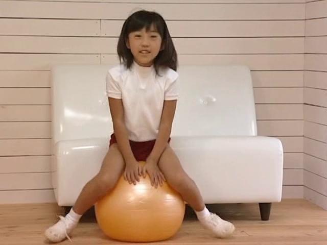 体操服ブルマ姿でバランスボールに跨るU12JSジュニアアイドル朝水れいちゃん