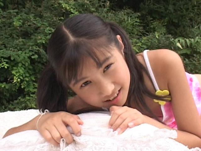 ピンクのキャミソール姿で微笑むU12JSジュニアアイドル西文美ちゃん。胸元が開いている