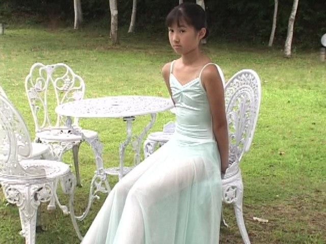 バレエレオタード姿のU12JSジュニアアイドル西文美ちゃんが椅子に座っている