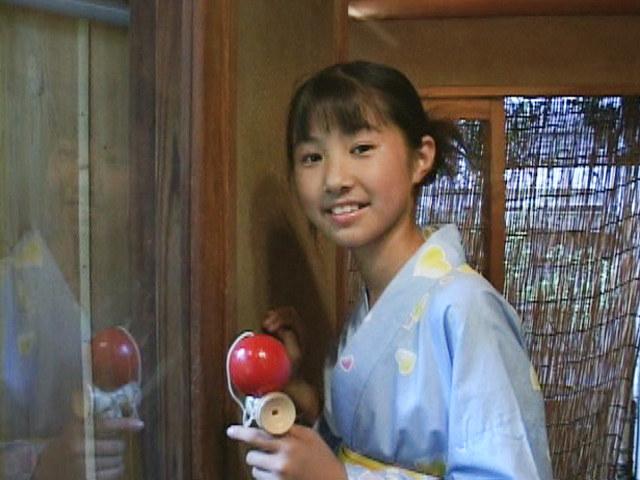 浴衣姿でけん玉を手に微笑むU12JSジュニアアイドル西文美ちゃん