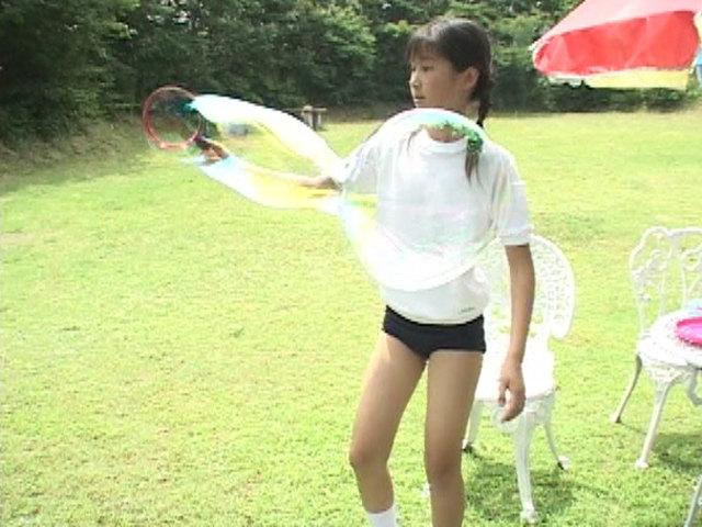 体操服ブルマ姿でシャボン玉遊びをするU12JSジュニアアイドル西文美ちゃん