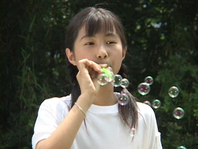 シャボン玉を吹くU12JSジュニアアイドル西文美ちゃん