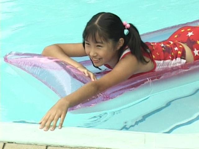 プールでフロートにううつ伏せになって遊ぶ星柄水着姿のU12JSジュニアアイドル西文美ちゃん