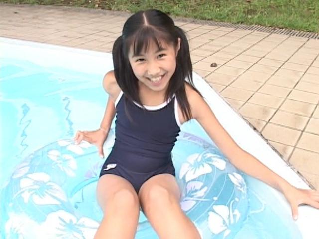 プールで浮き輪に浮かぶU12JSジュニアアイドル西文美ちゃん