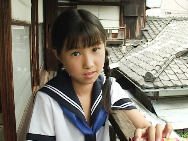三つ編みセーラー服姿のU12JSジュニアアイドル西文美ちゃんがこちらを見つめている