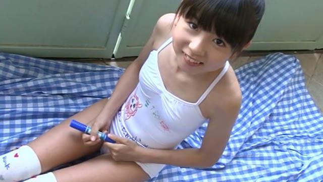 座って微笑む落書きしたレオタードを着たU12JSジュニアアイドル佐藤茉来ちゃん