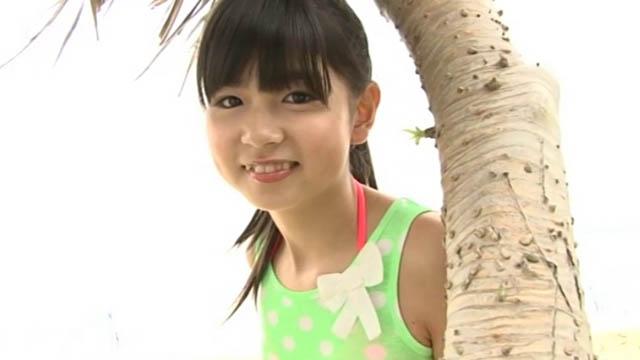 木の横で微笑むU12JSジュニアアイドル佐藤茉来ちゃん