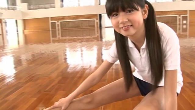 ストレッチする体操服ブルマ姿のU12JSジュニアアイドル佐藤茉来ちゃん