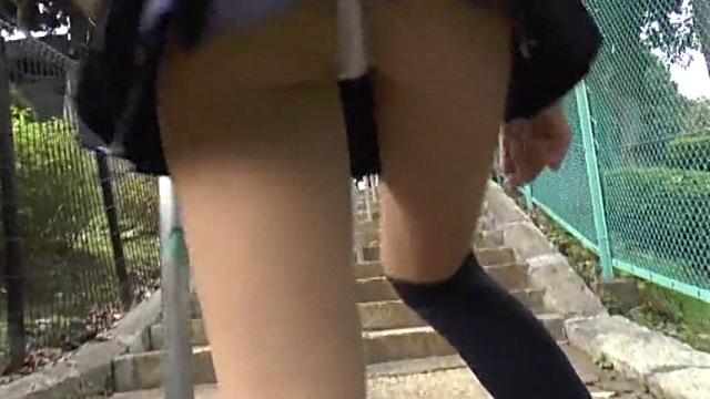 U12JSジュニアアイドル小林桃華ちゃんの制服のミニスカートの中をローアングルから撮影。白のビキ二と太ももが見えている