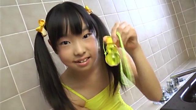 バスルームで黄色の水着姿でシャボン玉を手に微笑むU12JSジュニアアイドル小林桃華ちゃん