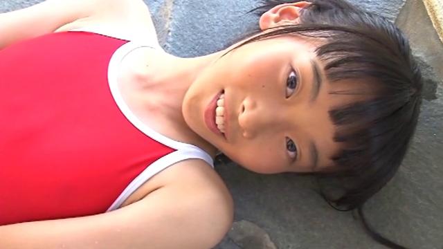 仰向けになりこちらを見つめる赤のスクール水着姿のU12JCジュニアアイドル柳沢梨乃ちゃん