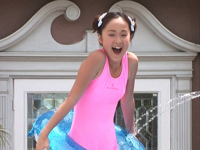 水をかけられる浮き輪を持ったピンクの水着姿のU15JCジュニアアイドル小池凛ちゃん