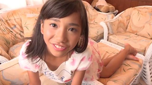 Tシャツミニスカート姿でベッドに四つん這いになるU12JSジュニアアイドル蒼井玲奈ちゃん