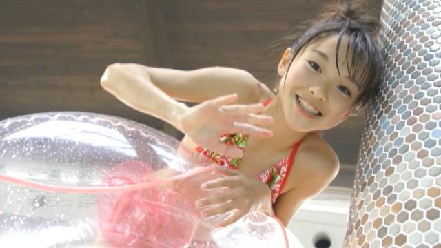 赤ベースのカラフルビキ二姿で笑顔で手を振るU12JSジュニアアイドルさわこちゃん
